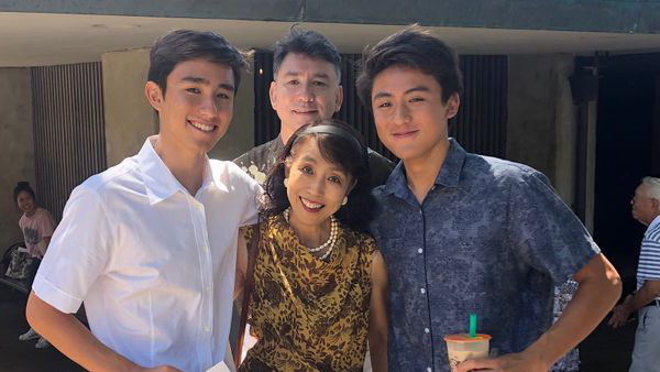 Akiko Sakamoto with her twin sons, Tyler and Ray, and husb和, Gen.